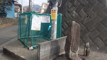 180227道祖神とゴミ収集所.jpg
